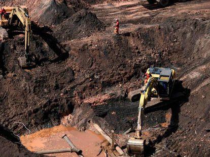 Los bomberos rastrean en busca de víctimas 20 días después del colapso de la mina.