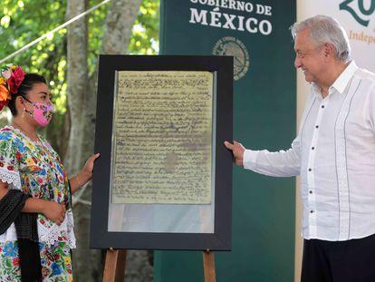 """Ana Karen Dzib Poot, Representante del Pueblo Maya, y Andrés Manuel López Obrador, Presidente de México, durante la """"Petición de perdón por agravios al pueblo maya""""."""