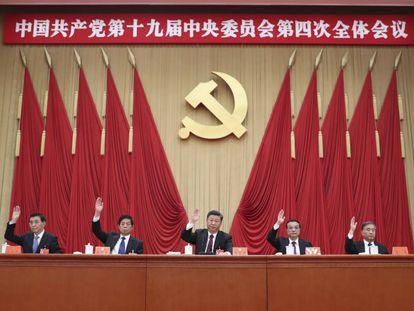 Xi Jingping (centro) preside el Comité Central del Partido Comunista de China.