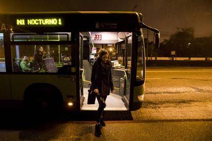 Una joven usa el nuevo sistema de parada solicitada en el bus nocturno de Vigo.