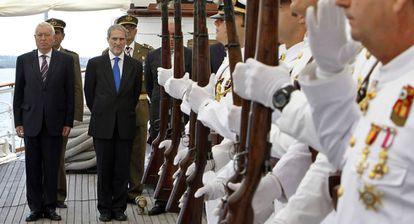 García-Margallo y ell embajador español en Cuba, Juan Francisco Montalbán, en el buque Elcano.