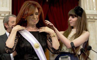 La hija de Cristina le acomoda la banda presidencial.