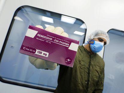 Un trabajador de un laboratorio de El Cairo muestra una caja con Remdesivir.