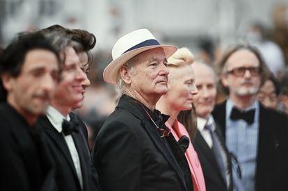 Bill Murray, en el centro, antes de la proyección de 'The French Dispatch' en el Festival de Cannes 2021.