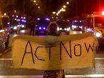 """Una manifestante, con una pancarta con el lema """"Act now"""" (actúa ahora, en castellano), este viernes en la marcha por el clima en Madrid."""