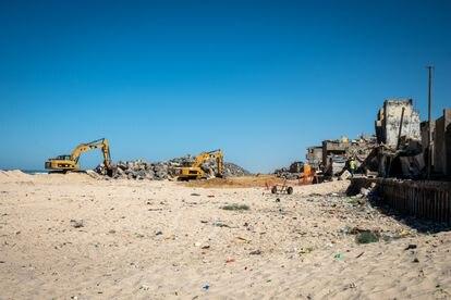 La constructora francesa Eiffage, conocida por las autopistas de peaje en Francia, está levantando un nuevo muro para proteger Saint Louis del océano.