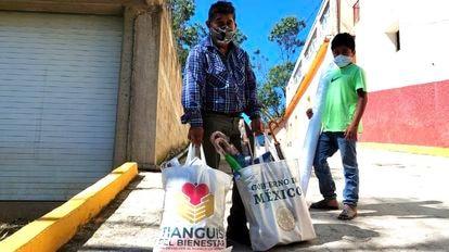 Habitantes del municipio Atlamajalcingo del Monte, Guerrero, tras acudir al mercadillo.