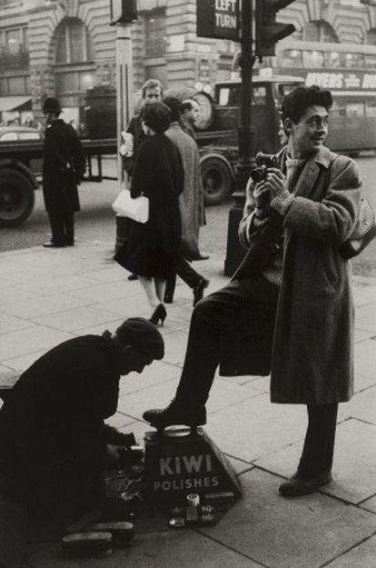 Sergio Larraín, retratado en Londres en 1958.