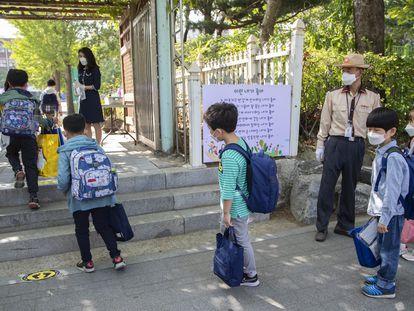 Un grupo de estudiantes en una escuela de Seúl el 25 de agosto.