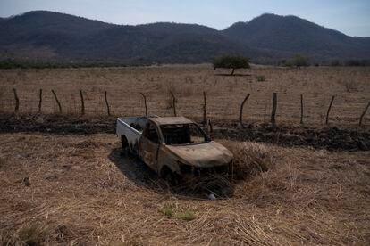 La carretera que une Apatzingán y Aguililla, permanecía bloqueada por los diferentes grupos delictivos. Al paso se observan las huellas de los enfrentamientos.