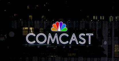 Logo de Comcast en lo más alto de un edificio neoyorquino