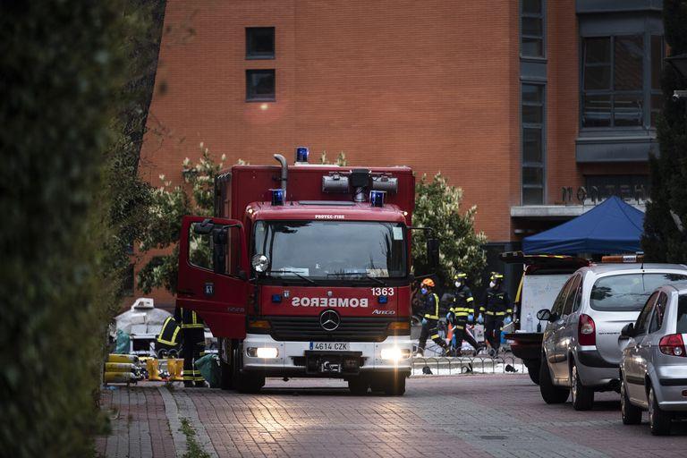 Bomberos desinfectan este viernes la residencia Monte Hermoso, en Madrid, donde un brote de coronavirus ha causado más de 20 muertes.