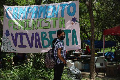 Una mujer en un campamento donde diferentes organizaciones sociales e indígenas reclaman justicia para la ambientalista Berta Cáceres, en Tegucigalpa.