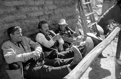 Desde la izquierda, Burt Lancaster, Kirk Douglas y el director John Sturges, en el rodaje de 'Duelo de titanes', de 1957.