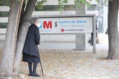 Una anciana espera el pasado jueves frente a un centro de salud en Coslada.