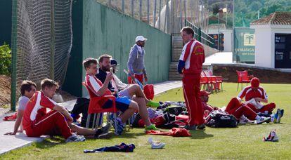 Los jugadores del Madrid Cricket Club esperan su turno para batear durante un partido de liga en La Manga (Murcia).