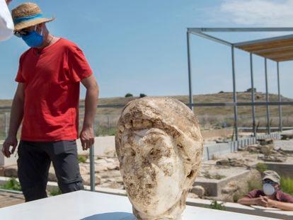 Busto del siglo I hallado en el yacimiento arqueológico de Cástulo (Jaén).