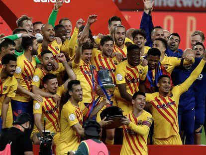 Los jugadores del Barcelona posan con el trofeo de la Copa en La Cartuja de Sevilla. / ALEJANDRO RUESGA