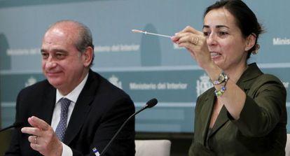 Jorge Fernández Díaz Y María Seguí, en la presentación de la nueva campaña de tráfico.