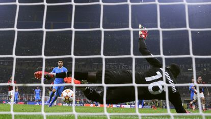 El penalti de Luis Suárez que dio la victoria al Atlético (1-2) en San Siro contra el Milan.
