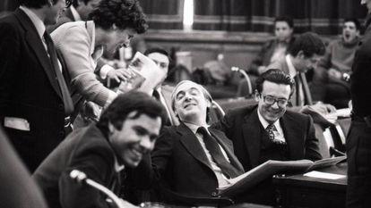 Una diputada se acerca a hablar con José Pedro Pérez Llorca, en el centro de la imagen, durante la sesión de debate general sobre la Constitución, en presencia de Felipe González (izquierda) y Miguel Herrero y Rodríguez de Miñón, en mayo de 1978.