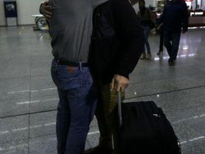 Glenn Greenwald abraza a su novio, David Miranda, a la llegada de este último al aeropuerto internacional de Río de Janeiro.