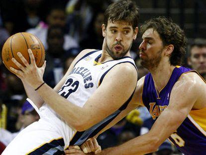 Pau Gasol trata de frenar a su hermano Marc en un Lakers-Grizzlies, en 2010.