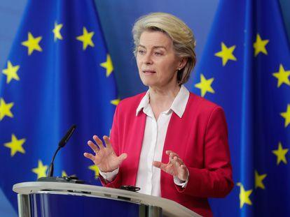 La presidenta de la Comisión Europea, Ursula von der Leyen, en una rueda de prensa este martes en Bruselas.