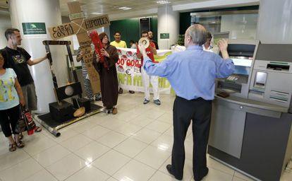 Protesta en el interior de una oficina de Bankia en Madrid.