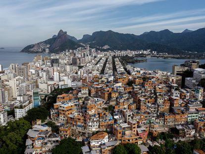 Favela de Pavaozinho, junto a los barrios de Copacabana e Ipanema en Río de Janerio (Brasil).