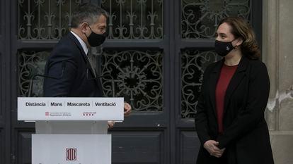 El consejero de Interior de la Generalitat, Miquel Sàmper, este lunes junto a la alcaldesa Ada Colau, en Barcelona.