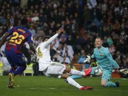 Momento del último partido entre el Real Madrid y el Barcelona, en marzo en el Santiago Bernabéu.