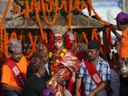 Matina Shakya, de ocho años, fue elegida Kumari real de Basantapur a los tres. Desde entonces solo pisa la calle una vez al año. En la imagen, el festival Indra Jatra, en octubre de 2013.