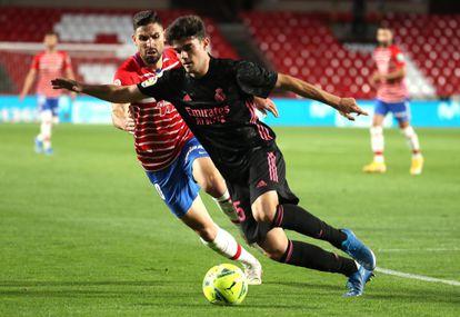 Miguel Gutiérrez controla el balón ante Antonio Puertas