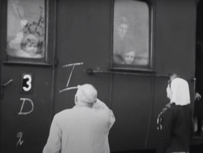 Unos niños se asoman a las ventanillas del tren que iba al campo de concentración alemán de Bergen-Belsen, en una imagen de una película grabada en 1944.