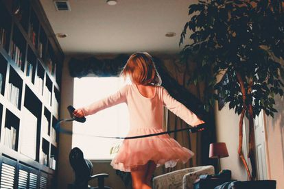 Una niña baila en su casa durante la cuarentena.