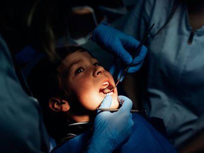 Un dentista examina a un niño en Madrid.