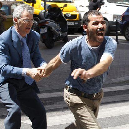 El tío de Mohamed, a la derecha, a su llegada al Hospital.