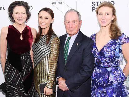 Diana Taylor y Michael Bloomberg, con las dos hijas del empresario, Georgina (a su izquierda) y Emma, el pasado abril en Nueva York.