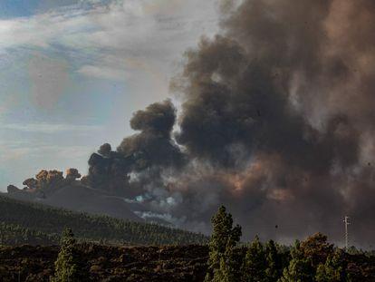 El volcán de La Palma, fotografiado por la UME desde la localidad de El Paso.