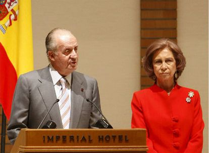 Don Juan Carlos, junto a la Reina, durante el encuentro con el colectivo de españoles en Tokio.