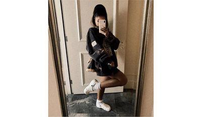 La cantante Ariana Grande usa zuecos Crocs.