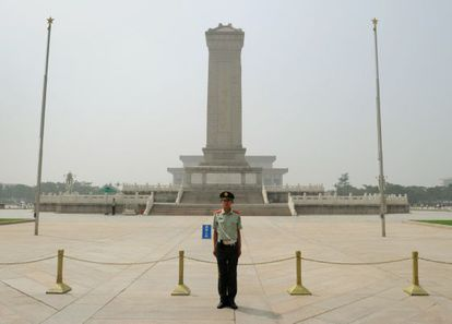 Un policía monta guardia en la plaza de Tiananmen.