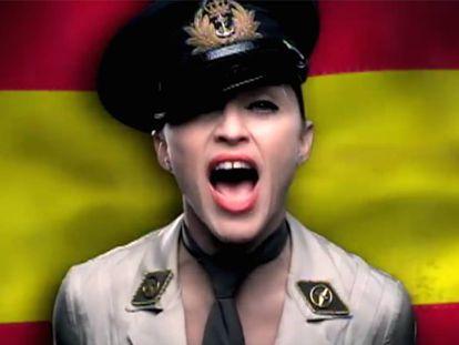 Madonna, vestida de militar y con la bandera de España al fondo, en el vídeo de la canción 'American life'.