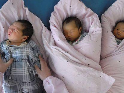 Tres bebés recién nacidos en un hospital de China en una imagen de archivo.
