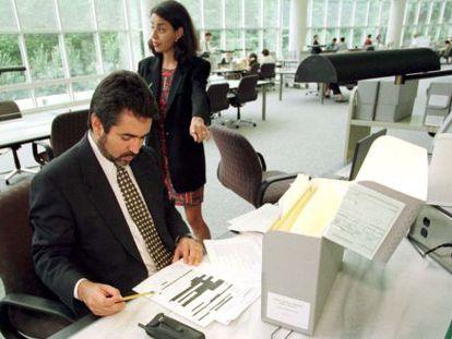 Dos periodistas consultan en EEUU algunos de los documentos desclasificados de la dictadura de Pinochet.