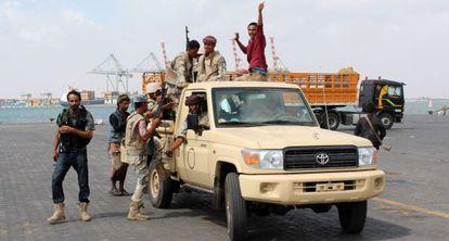 Combatienetes leales al Gobierno del presidente yemení, Abd Rabbo Mansur Hadi, este lunes en Adén.