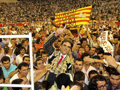 José Tomás sale a hombros de la Monumental en la última corrida en el coso barcelonés, el 25 de septiembre de 2011.