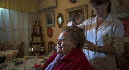 Una cuidadora atiende a una mujer dependiente en Jaén.
