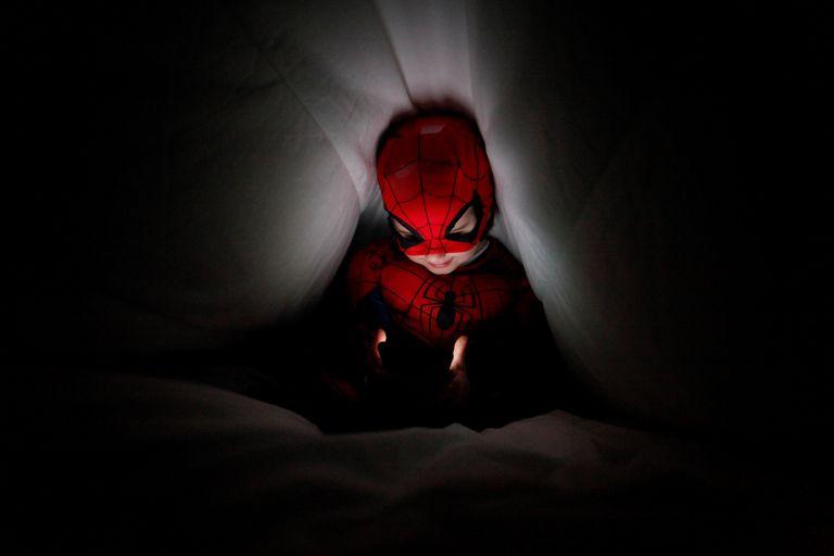 Un niño disfrazado de Spiderman se comunica con una videollamada con sus abuelos en el 'concello' coruñés de Pontedeume.